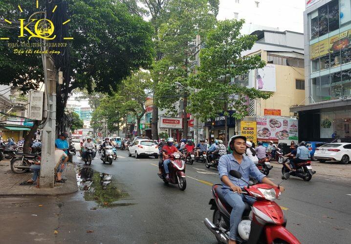 Giao thông phía trước Saigon Mall