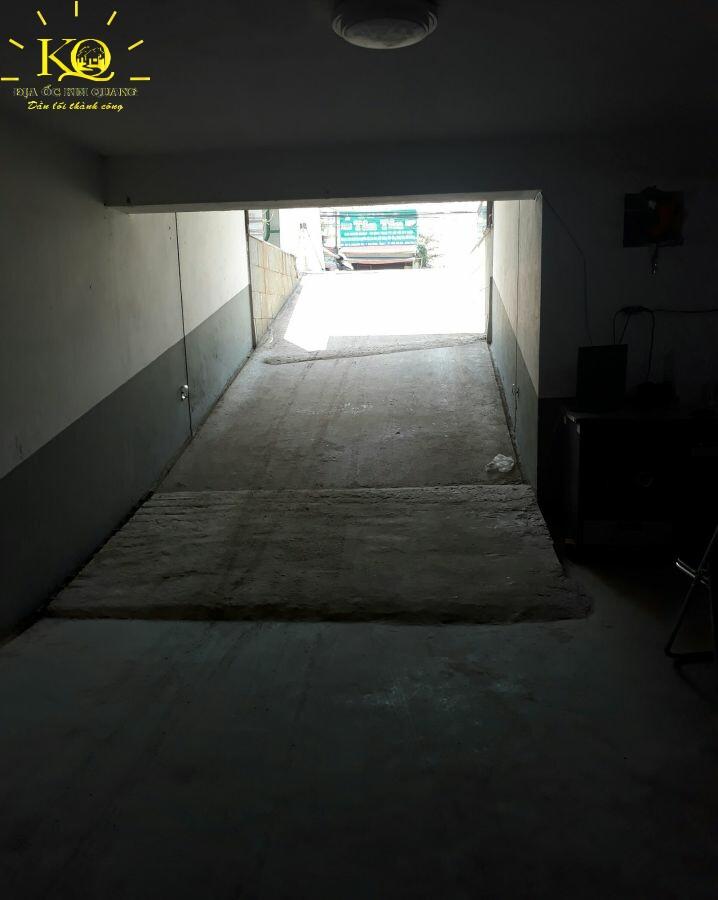 Lối xuống hầm gửi xe Lương Định Của Office