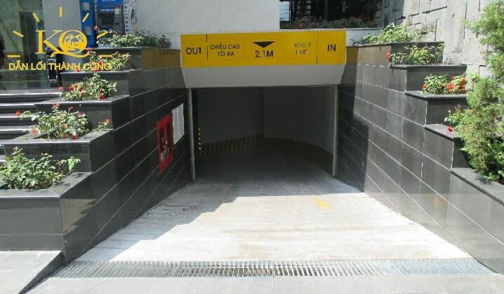 Lối xuống hầm gửi xe tại đường Phạm Ngọc Thạch