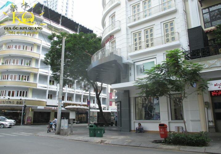 Phía trước tòa nhà Đồng Khởi Building