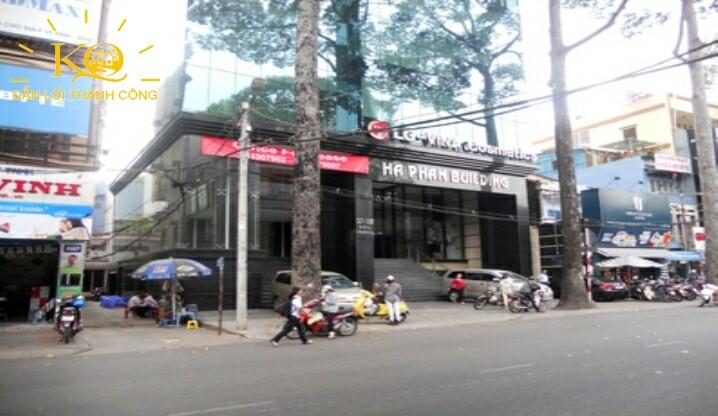 Con đường phía trước tòa nhà Hà Phan building