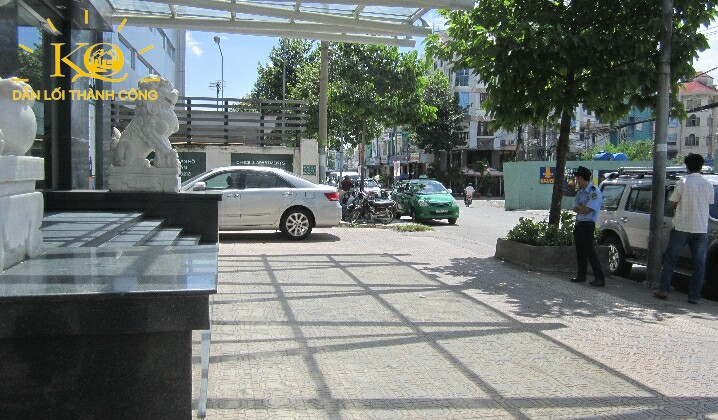 Phía trước tòa nhà Indochina Park Tower