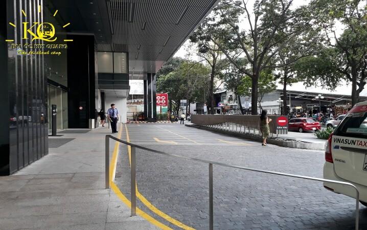 Phía trước tòa nhà Saigon Centre 2