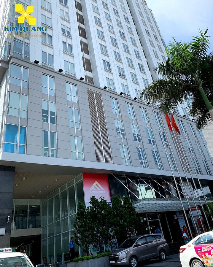 Phía trước tòa nhà văn phòng An Phú Plaza với thiết kế hiện đại