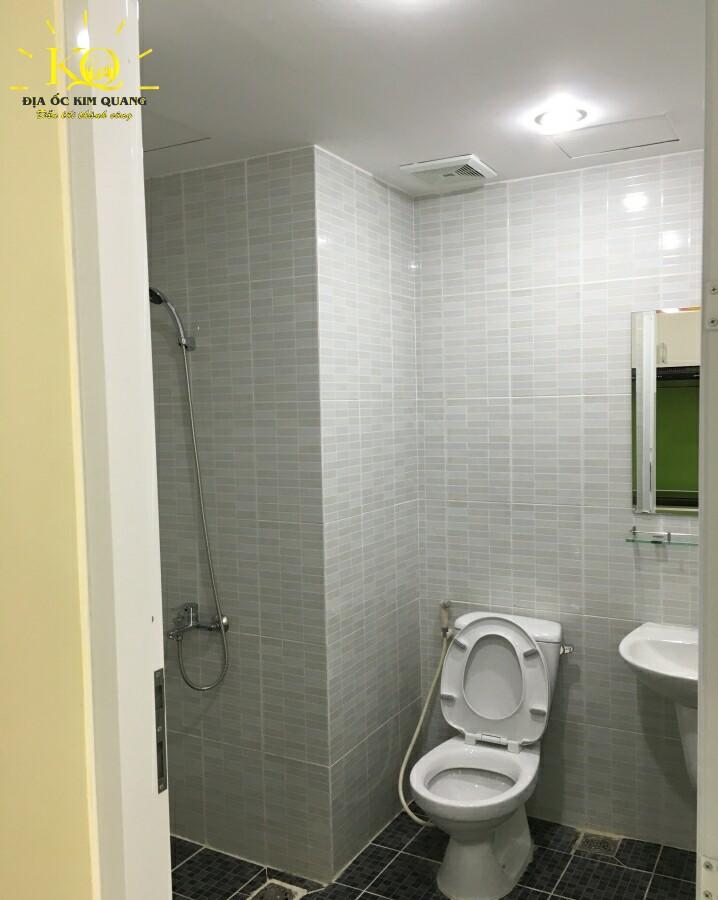 Toilet bên trong Officetel Garden Gate