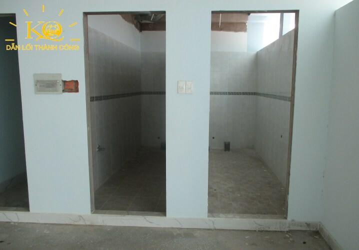 dia-oc-kim-quang-cho-thue-nguyen-toa-quan-10-su-van-hanh-building-8-hinh-chup-toilet