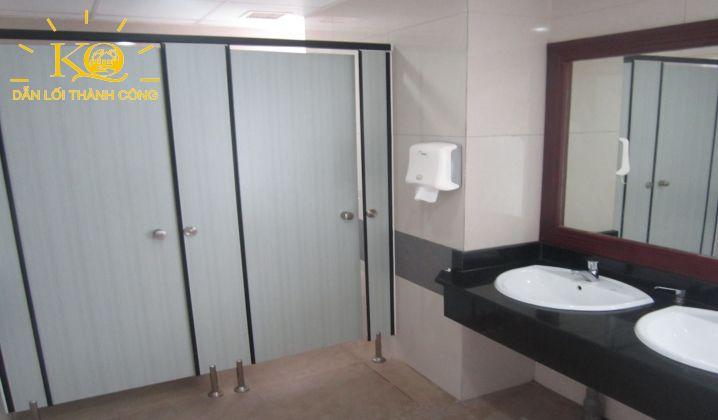 Toilet tại tòa nhà Rosana Tower