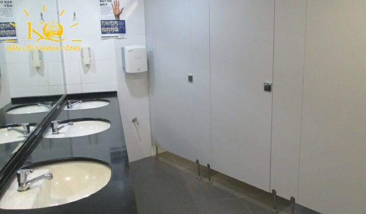Toilet bên trong Ruby Tower