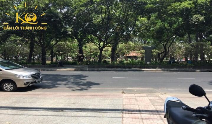Hình chụp con đường phía trước tòa nhà